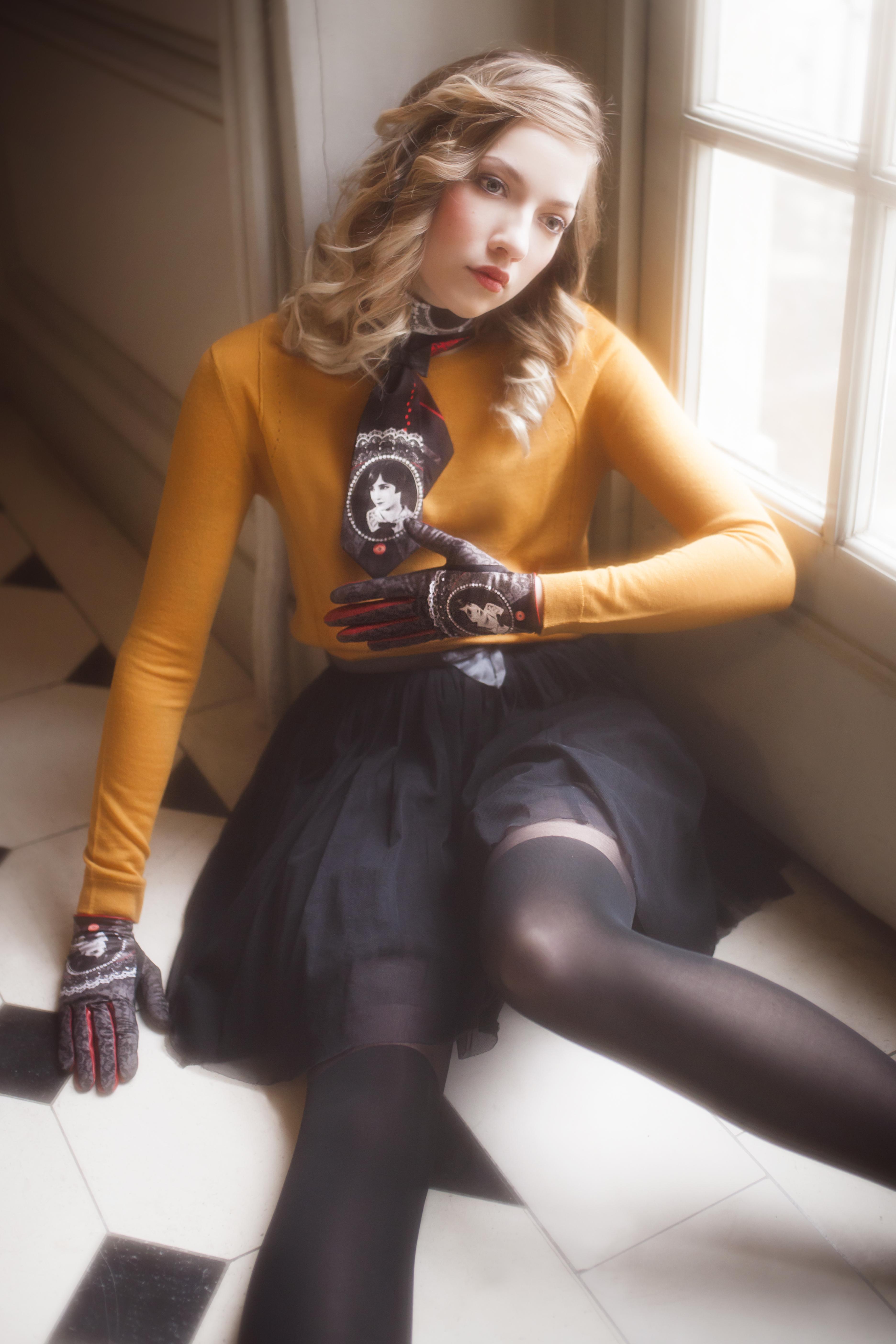 gants femme cuir et maille imprimée. Modèle de gants Bessie. Tour de cou en soie imprimé Bessie